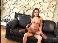 Азиатка трахается с парнем на кожаном диванчике