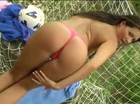 Молоденькая футболистка, развлекается после тренировки