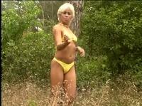 Блондиночка демонстрировала свое тело в лесу