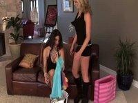 Лесбиянки любят поиграться со своими кисками