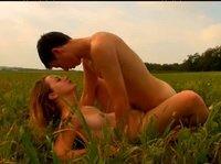 Парочка решила заняться сексом на свежем воздухе