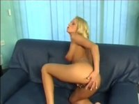 Блондинка трогает свои огромные сиськи