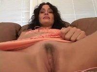 Телочка мастурбирует на камеру