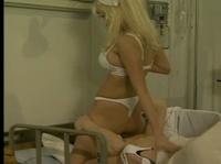 Грудастая медсестра выполняет свои обязанности
