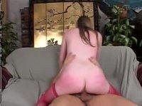 Молодая дама садится на хуй и стонет