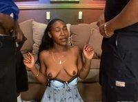 Два парня трахают черную сучку и дают ей в рот