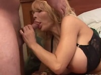 Девушка с наслаждением сосет стояк своего парня