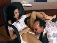 Телочка пришла к боссу в кабинет и они занялись сексом