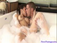 Трахает мокренькую азиаточку в ванне