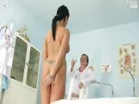 Доктор пристально рассматривает розовое влагалище