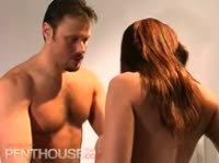 Стройная телка глотает сперму в ванной комнате
