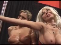 Две блонди обслуживают толпу