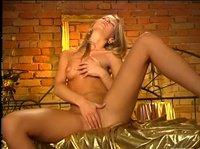 Блондиночка играет со своей шикарной фигуркой