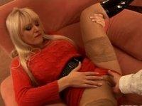 Блондинка возбуждена до предела и мечтает о ласках