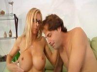Грудастая дама, качественно трахается с парнем
