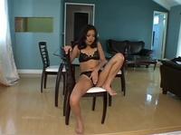 Девушка ласкает свою киску, сидя на стуле