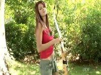 Девушка с луком показывает грудь
