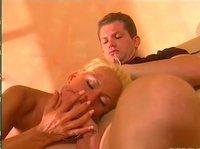 Зрелые мужчина и женщина с красивыми телами демонстрируют шикарный секс