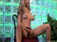 Молоденькая девушка мастурбирует на стуле