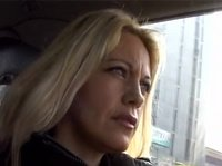 Блондинка мастурбирует в машине