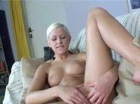 Блондинка страдает одиночеством со своей игрушкой