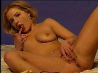 Молодая блондиночка и ее игривые пальчики