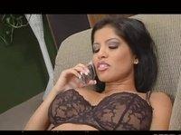 Поговорила по телефону и начала мастурбировать