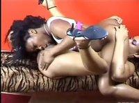 Две негритянки ласкают друг другу писечки