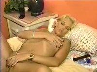 Возбудилась и взяла в рот у блондина
