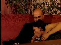 Две супружеские пары ебутся на диване