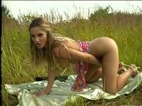 Одинокая сельская девушка