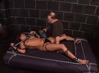 Девушка скованна цепью не может сопротивляться