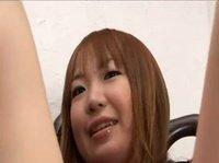 Молодая азиатка любит играться вибратором