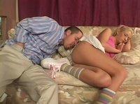 Подрочил на девушку пока она спала