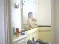 Девочка очень любит позировать у зеркала