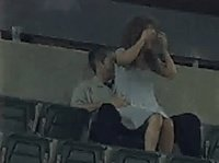Мужик трахает девушку на стадионе