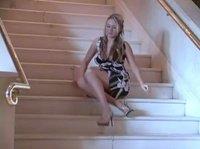 Блондинка присела на ступеньки и отдрочила себя