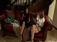 Две красивые лесбиянки ебутся на диване