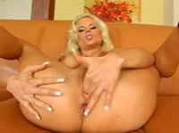 Блондинка в сексуальном белье мастурбирует киску