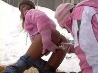 Лесбийские игры в разгар зимы