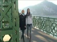 Две девушки уеденились