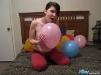 Студентка сняла лифчик и поиграла с шариками