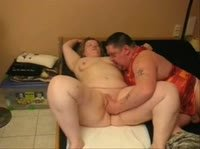 Толстяк дрочит жирной мамочке