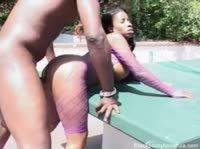 Сочная чернокожая любовница жариться во дворе