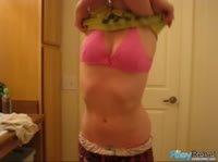 Ребекка эротично втирает крем в прелестное тело