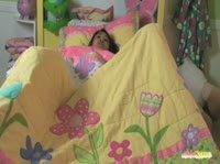 Миниатюрная азиатка нашла быстрый способ как заснуть