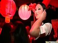 Красивая азиатка ебется в клубе перед подругами