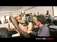 Стройной секретарше стало скучно и она захотела любви прямо на работе