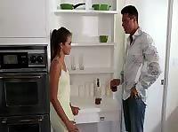 Брюнетка без трусиков дала соседу на кухне
