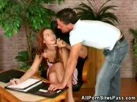 Мужик воспользовался служебным положением и дал за щеку рыжей секретарше